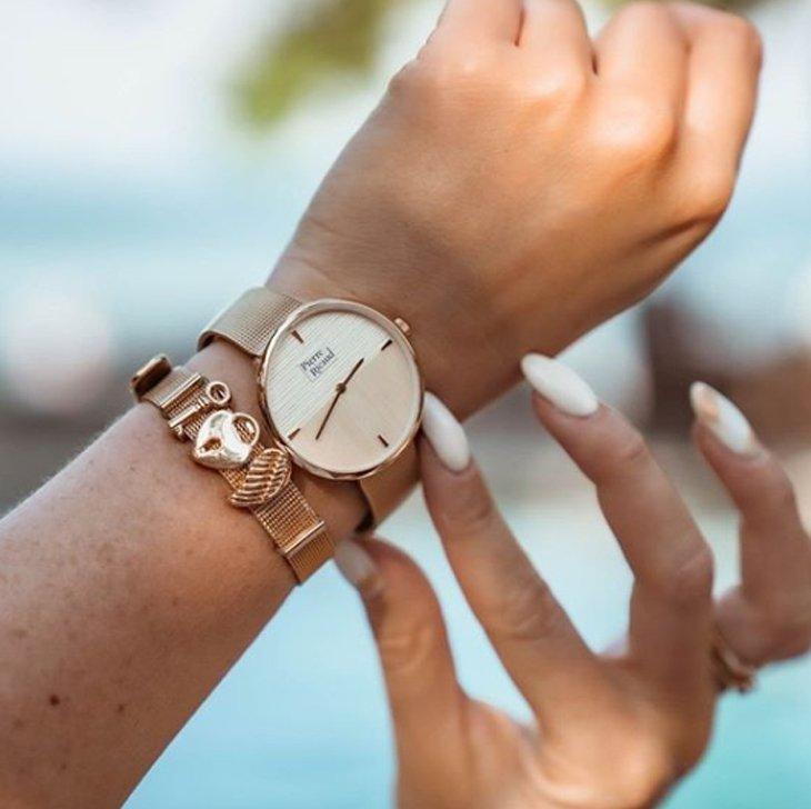 Damski zegarek Pierre Ricaud na złotej bransolecie.