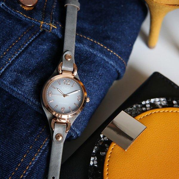 Damski zegarek QQ w stylu fashion.