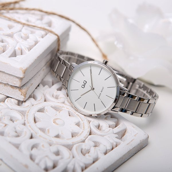 Elegancki zegarek QQ na srebrnej bransolecie.