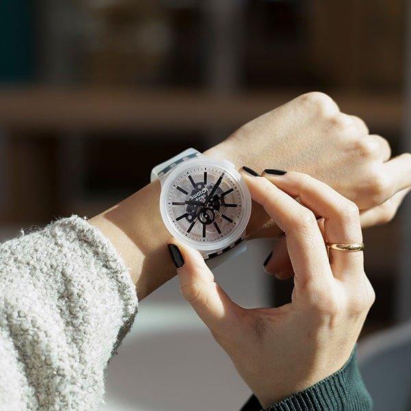Na elegancko, czy sportowo? Wybierz swój zegarek Swatch damski.