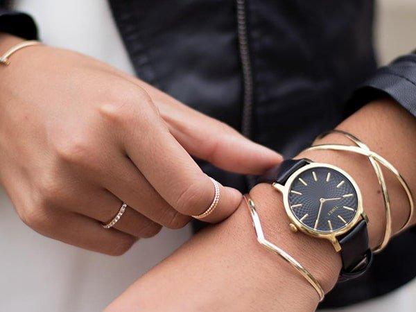 Damski zegarek Timex na czarnym pasku.
