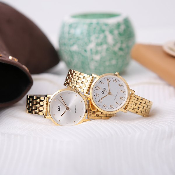 Damskie, złote zegarki QQ na bransolecie.