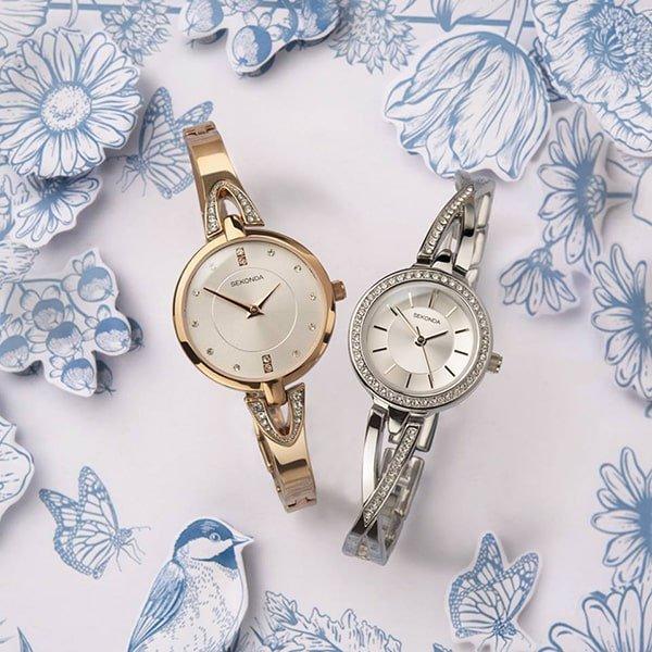 Biżuteryjne zegarki Sekonda na srebrnej i złotej bransolecie.
