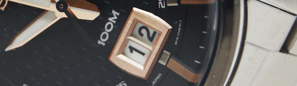 Zegarek Seiko z datownikiem panoramicznym wskazujacy dzień miesiąca za pomocą dwóch odrębnych dysków.