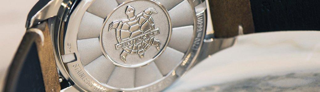 Dekiel zegarka Certina znajdujący się na spodzie umożliwiający jego otwarcie.