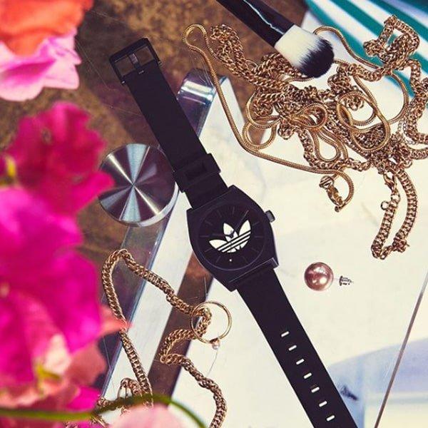 Stylowy zegarek Adidas na pasku w czarnym kolorze.