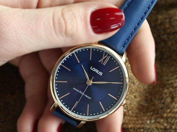 Damski zegarek Lorus w niebieskim kolorze na pasku.