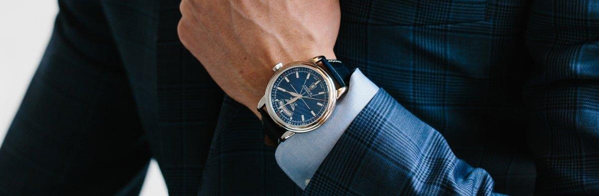 Nowoczesny, męski zegarek Aviator Douglas na skórzanym niebieskim pasku z srebrną kopertą wykonaną ze stali Analogowa tarcza zegarka jest w niebieskim kolorze z datownikiem, który pokazuje dni tygodnia oraz dzień miesiąca.
