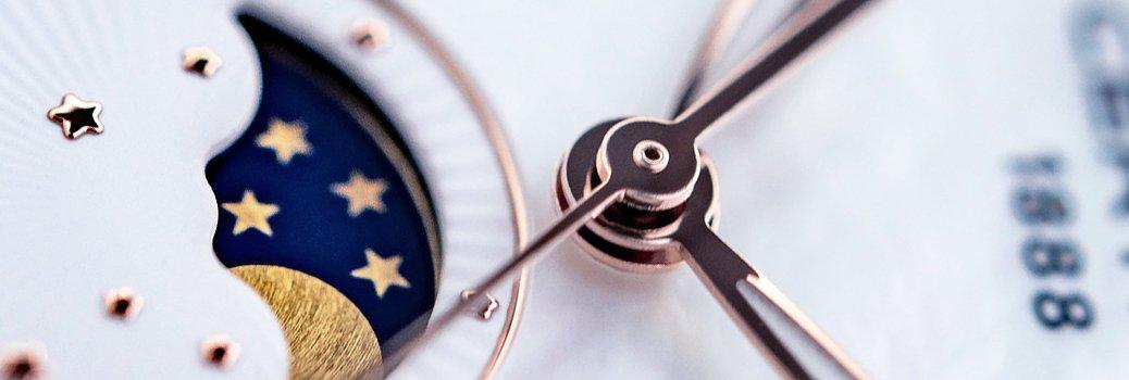 Zegarek Certina z białą tarczą oraz funkcją faz księżyca, która pokazuje aktualną fazę księżyca.