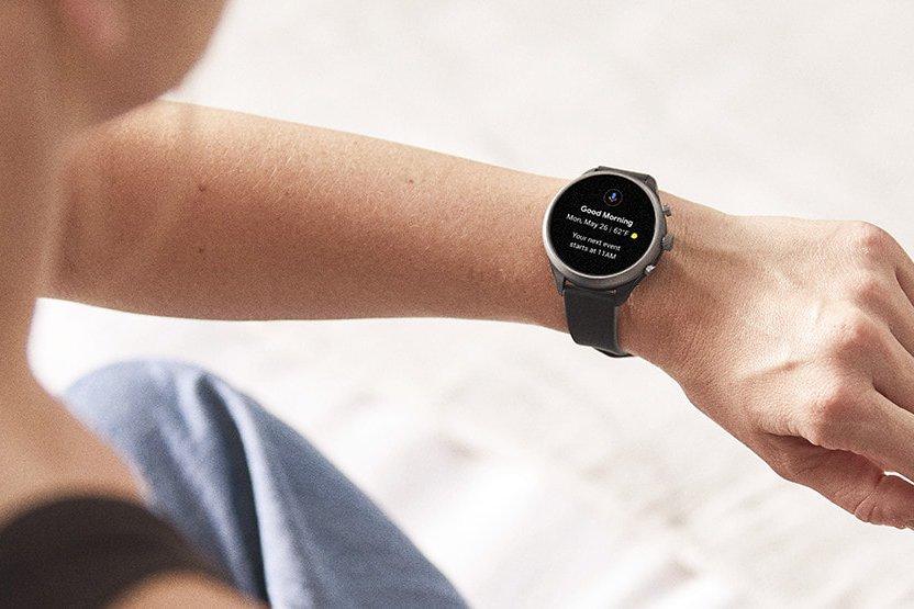 Stylowy jak i funkcjonalny smartwatch Fossil na szarym pasku wykonanego z tworzywa sztucznego.