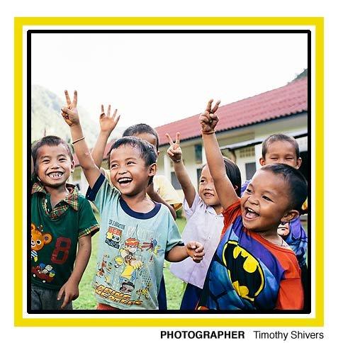 Zdjęcie dzieci, które jest wspomagane przez fundacje Pencils of Promise. Fundacja wspomaga w nauczaniu dzieci z krajów takich jak: Gwatemala, Laos i Ghana.
