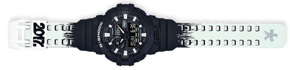 Sportowy, meski zegarek G-Shock GA-700EH-1AER ERIC HAZE Collaboration na pasku z tworzywa sztucznego w czarno białych barwach, koperta zegarka jest z tworzywa sztucznego w czarnym kolorze. Analogowo - cyfrowa tarcza jest w czarnym kolorze z białymi indeksami jak i wskazówkami.