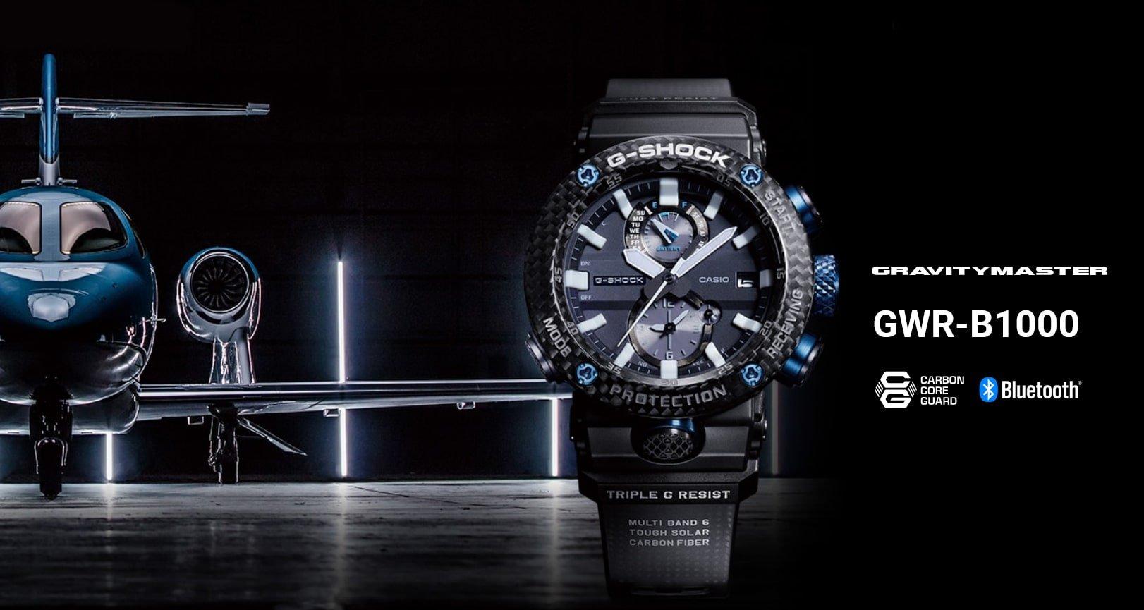 Sportowy, męski zegarek G-Shock GWR-B1000 Gravitymaster na pasku z tworzywa sztucznego w czarnym kolorze. Okrągła, koperta została wykonana z karbonu i jest w czarnym kolorze. Analogowa tarcza zegarka jest w czarnym kolorze z dwoma subtarczami oraz datownikiem na godzinie szóstej. Przyciski oraz tarcze posiadają niebieskie ozdobniki.