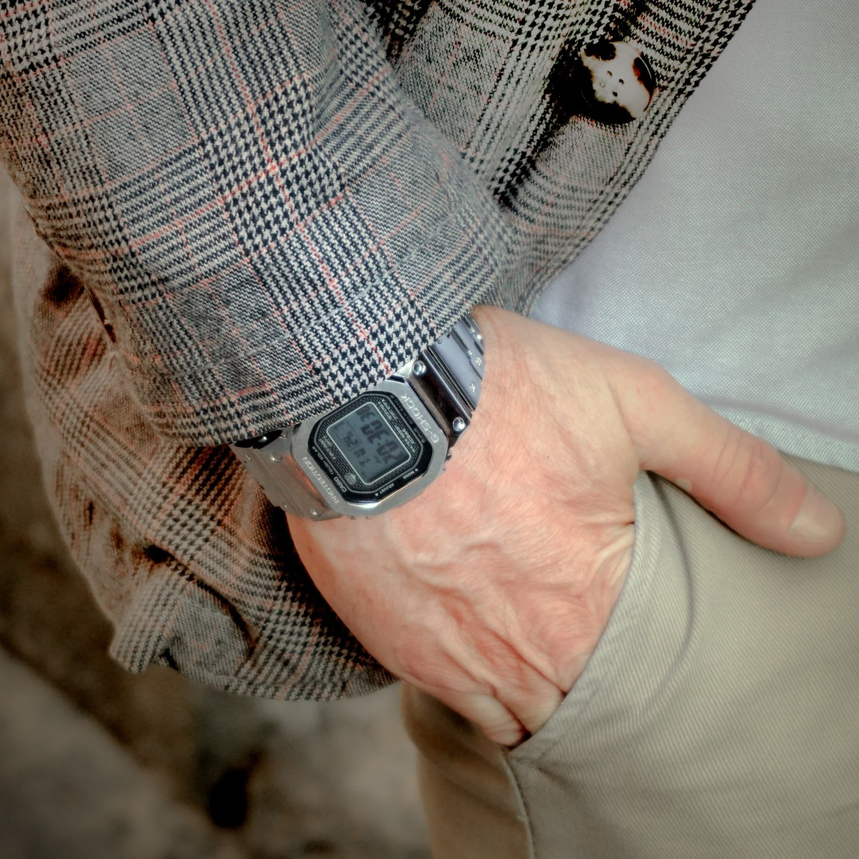 Limitowany zegarek G-Shock na bransolecie z tworzywa sztucznego w srebrnym kolorze. Koperta tego zegarka jest z stali również w kolorze srebrnym.