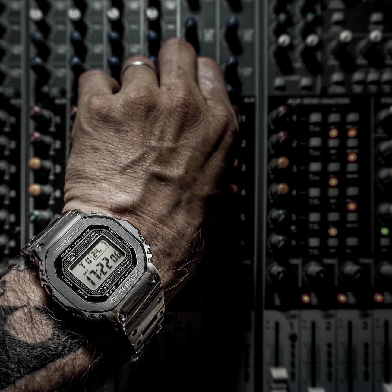 Modowy, męski zegarek G-Shock z solarnym mechanizmem oraz automatycznym datownikiem.