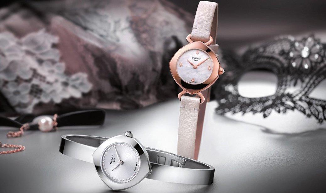 Szwajcarskie, damskie zegarki Tissot Femini-T w dwóch różnych odsłonach- jeden na bransolecie w srebrnym wydaniu oraz drugi na białym, skórzanym pasku.