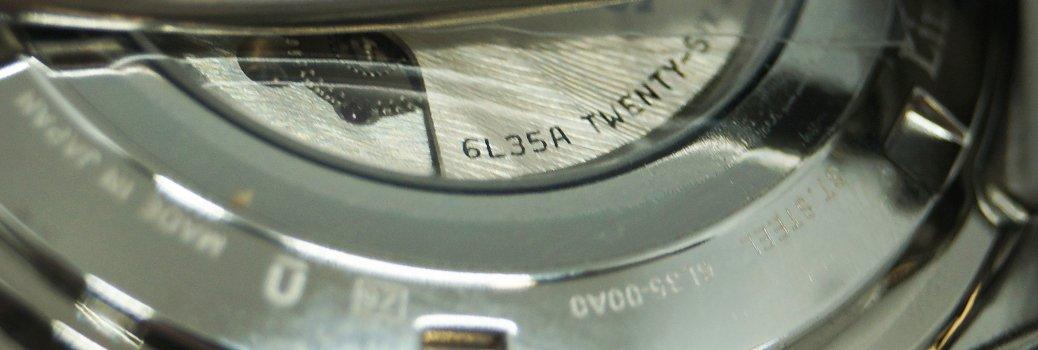 Fragment zegarka, który przedstawia kaliber czyli typ mechanizmu.