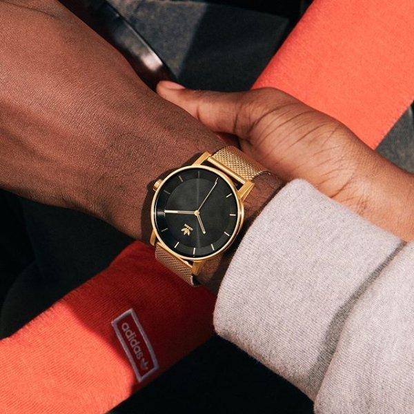 Elegancki zegarek Adidas na złotej bransolecie mesh.