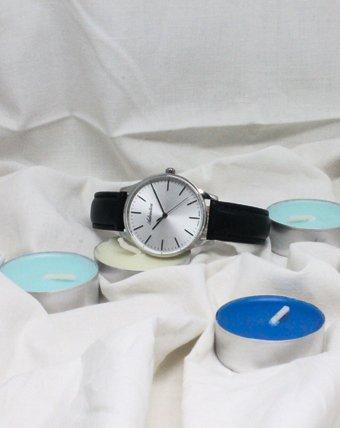 Klasyczny zegarek Adriatica z srebrną analogową tarczą na czarnym pasku ze skóry.