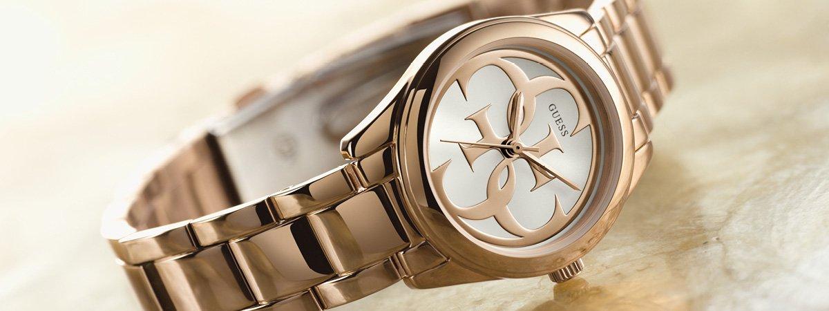 Zegarek Guess na bransolecie w kolorze różowego złota.