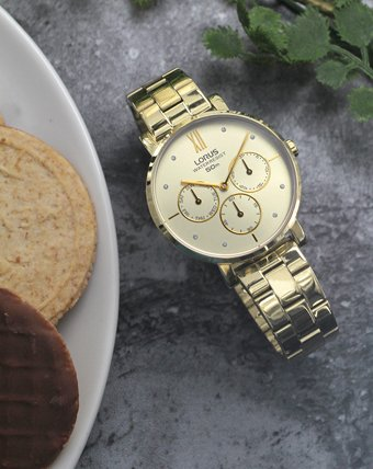 Klasyczny zegarek Lorus w złotym kolorze na bransolecie z analogową tarczą.