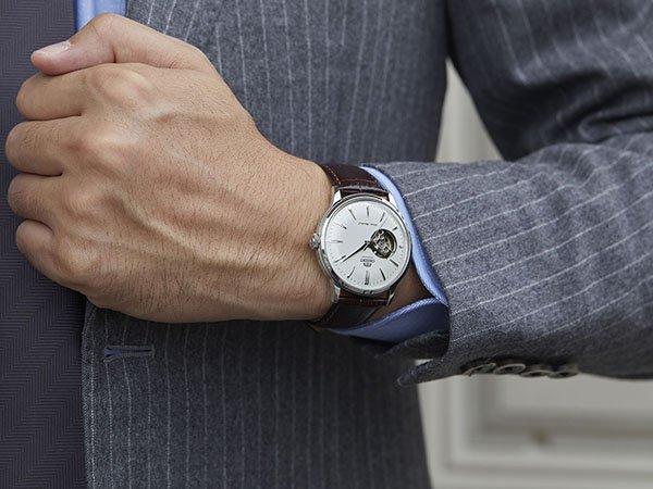 Elegancki, męski zegarek Orient z minimalistyczną tarczą w stylu open-heart.