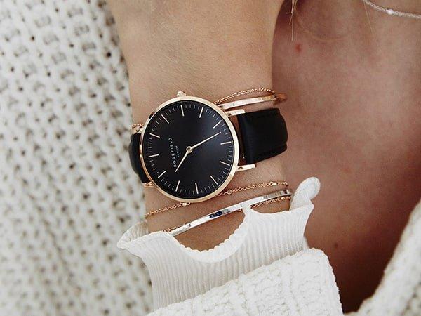 Damski zegarek Rosefield na czarnym pasku.