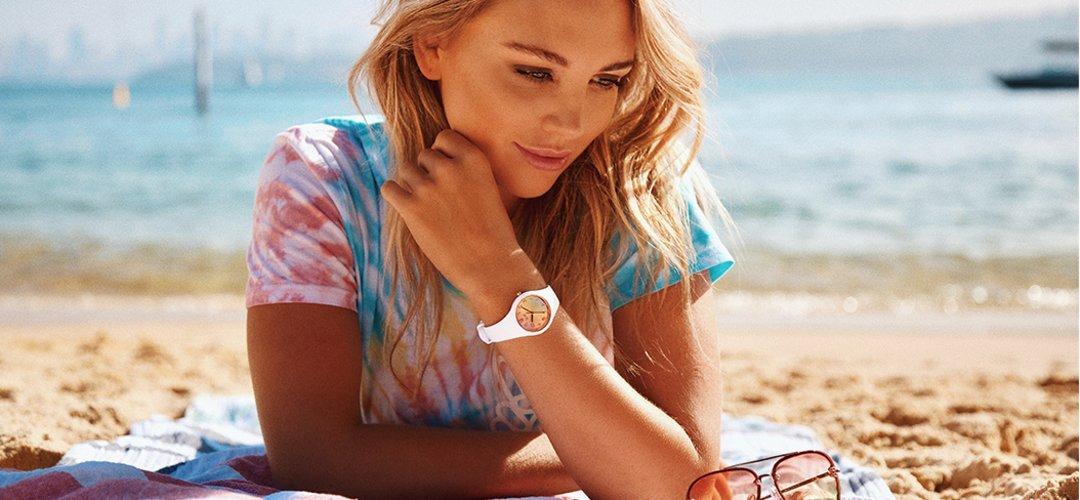 Modny, damski zegarek ICE Watch ICE.016049 ICE Sunset California na silikonowym pasku w białym kolorze, koperta z tworzywa sztucznego również w białym kolorze. Analogowa tarcza jest w różowo - pomarańczowe ombre.