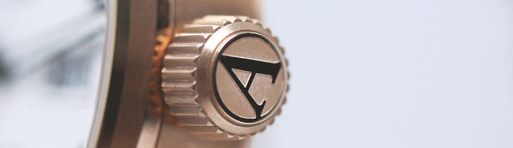 Koronka zegarka Aviator - małe pokrętło nakręcające zegarek mechaniczny, ustawiający godzinę oraz reguluje datownik.