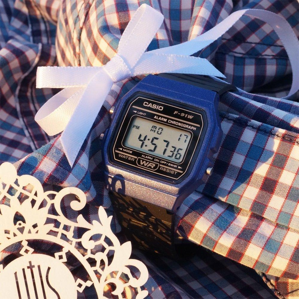 Modny, męski zegarek Casio F-91WM-1BEF VINTAGE Midi na pasku z tworzywa sztucznego z kwadratowa koperta z tworzywa sztucznego w srebrnym kolorze. Cyfrowa tarcza jest w czarnym kolorze z podświetleniem microlight.