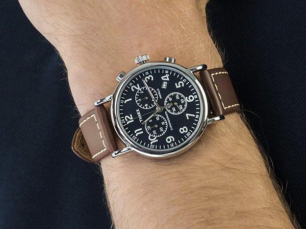 Modny zegarek Timex na brązowym skórzanym pasku z granatową tarczą z trzema subtarczami.
