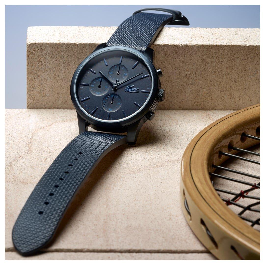 Modny męski zegarek Lacoste w niebieskim kolorze ze stalową tarczą i mechanizmem kwarcowym.