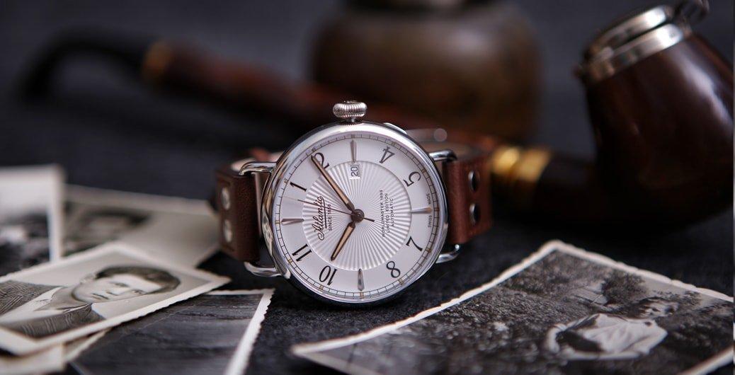 Luksusowy, męski zegarek Atlantic 57950.41.25 WORLDMASTER 130TH ANNIVERSARY na skórzanym pasku w brązowym kolorze z stalowa okrągła koperta oraz szafirowym szkiełkiem. Tarcza zegarka jest w białym kolorze z giloszowanym wnętrzem.