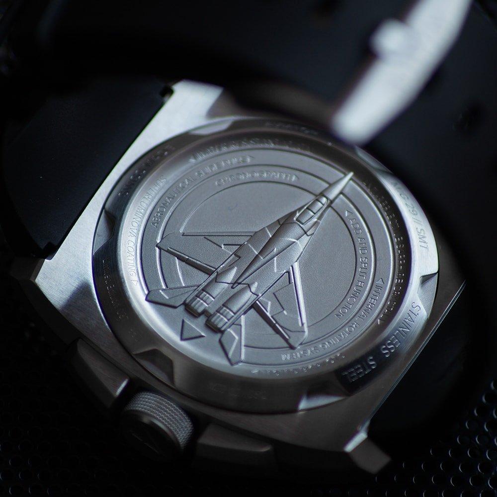 Dekiel zegarka Aviator M.2.30.0.219.6 MIG-29 SMT Chrono został ozdobiony wizerunkiem myśliwca Mig-29, otoczonego przez fale radarowe.