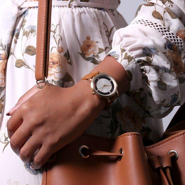 Zegarek Lorus na brązowym skórzanym pasku z interesującą nietypową tarczą w stylu skeleton.