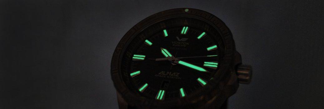 Zegarek Vostok Europe z substancją podświetlenia tarczy zegarka.