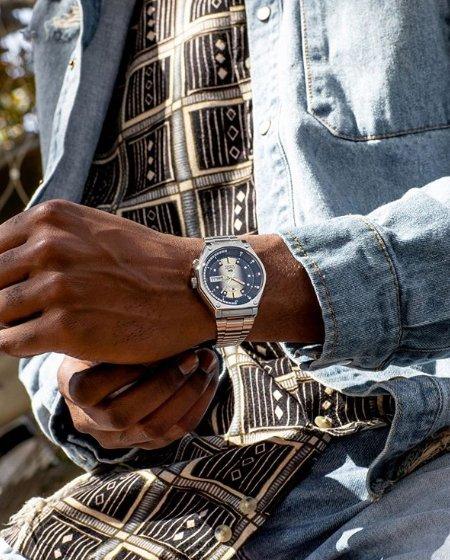 Męski zegarek Orient na bransolecie.