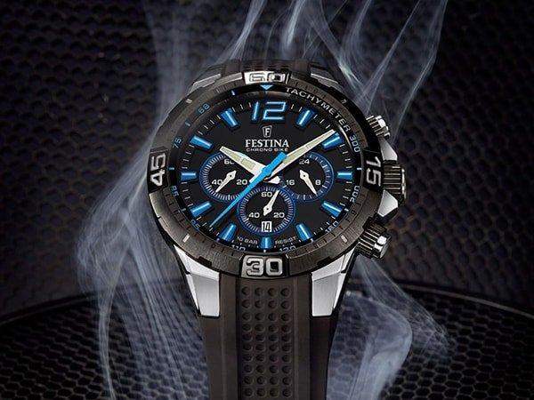 Sportowy zegarek Festina na pasku w czarnym kolorze z niebieskimi akcentami
