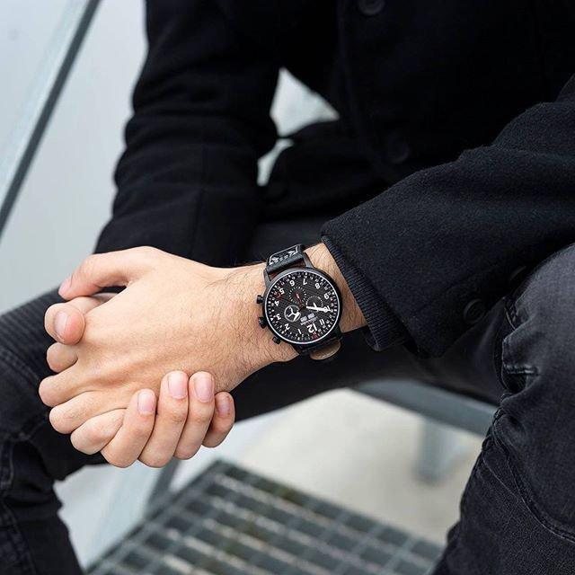 Inspirowany lotnictwem czarny zegarek Adriatica Aviation na męskim nadgarstku.