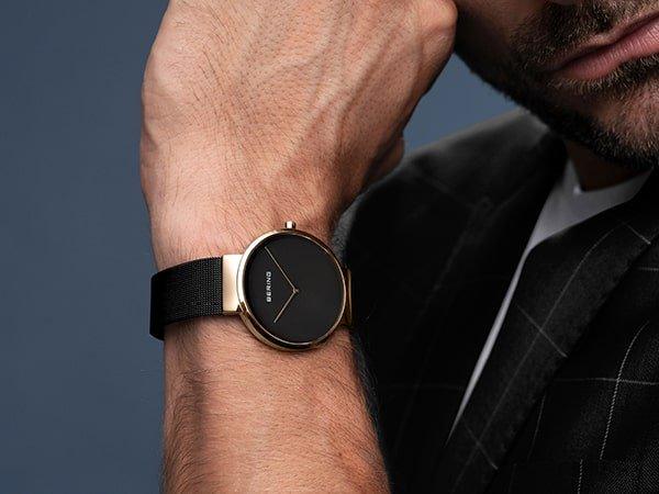 Minimalistyczny zegarek Bering ze złotą, okrągłą kopertą.