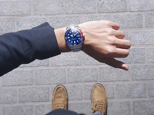 Sportowy zegarek Festina na srebrnej bransolecie z tarcza w niebieskim kolorze oraz bezel również w niebieskim kolorze z czerwonym akcentem