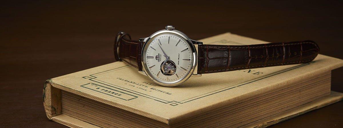 Klasyczny zegarek Orient na brązowym pasku oraz tarczą open-heart.
