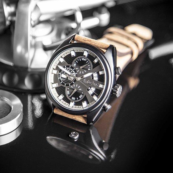 Zegarek Timberland na brązowym skórzanym pasku.