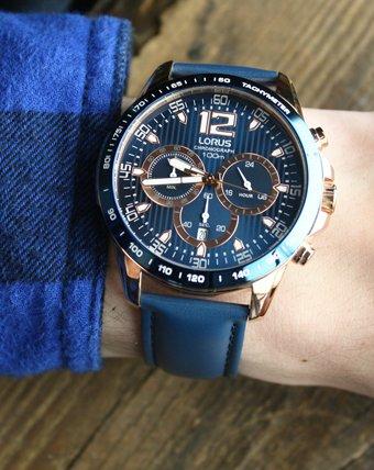 Niebieski, wodoodporny zegarek Lorus z analogową tarczą.
