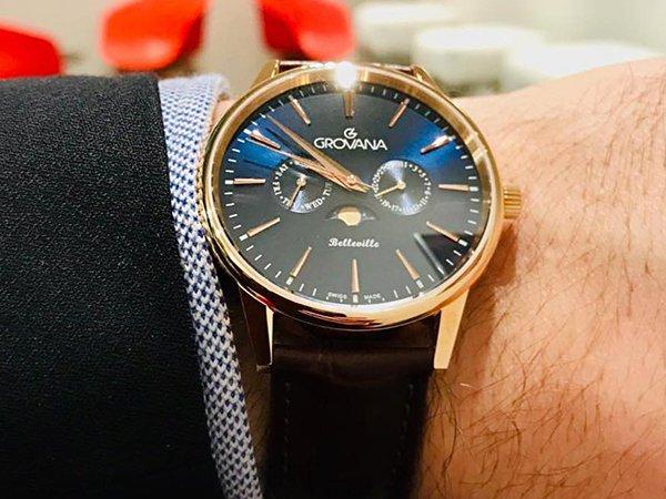 Zegarek Grovana z granatową tarczą oraz złotą kopertą.