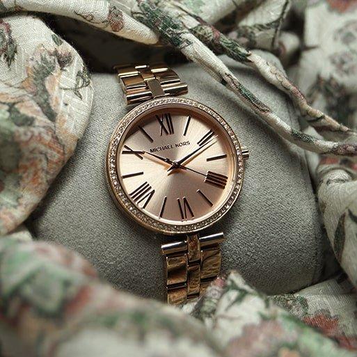 Zegarek Michael Kors w kolorze różowego złota na bransolecie.