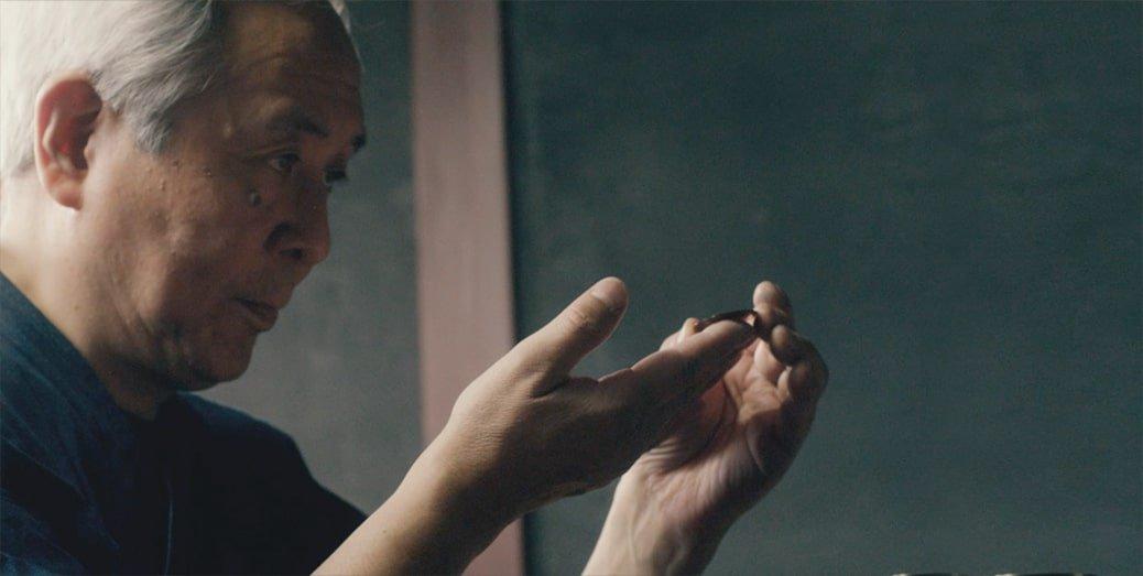 Wykonywanie zegarka za pomocą tradycyjnych rzemiosł takich jak Byakudan-nuri oraz Urushi.
