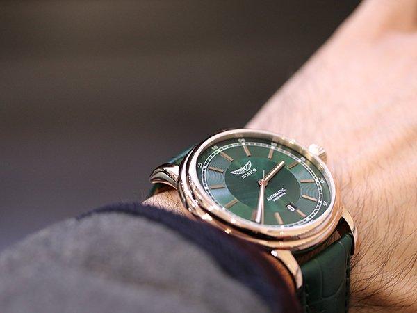 Jaki zegarek Aviator na pasku?