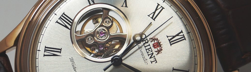 Zegarek Orient z częściowo otwarta tarczą zwaną open heart.