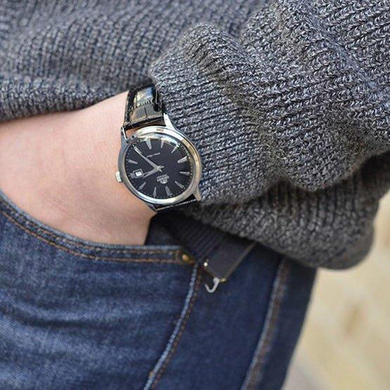 Klasyczny zegarek męski Orient FAC00004B0 2nd Generation Bambino ze srebrną tarczą ze stali, na skórzanym pasku w czarnym kolorze.